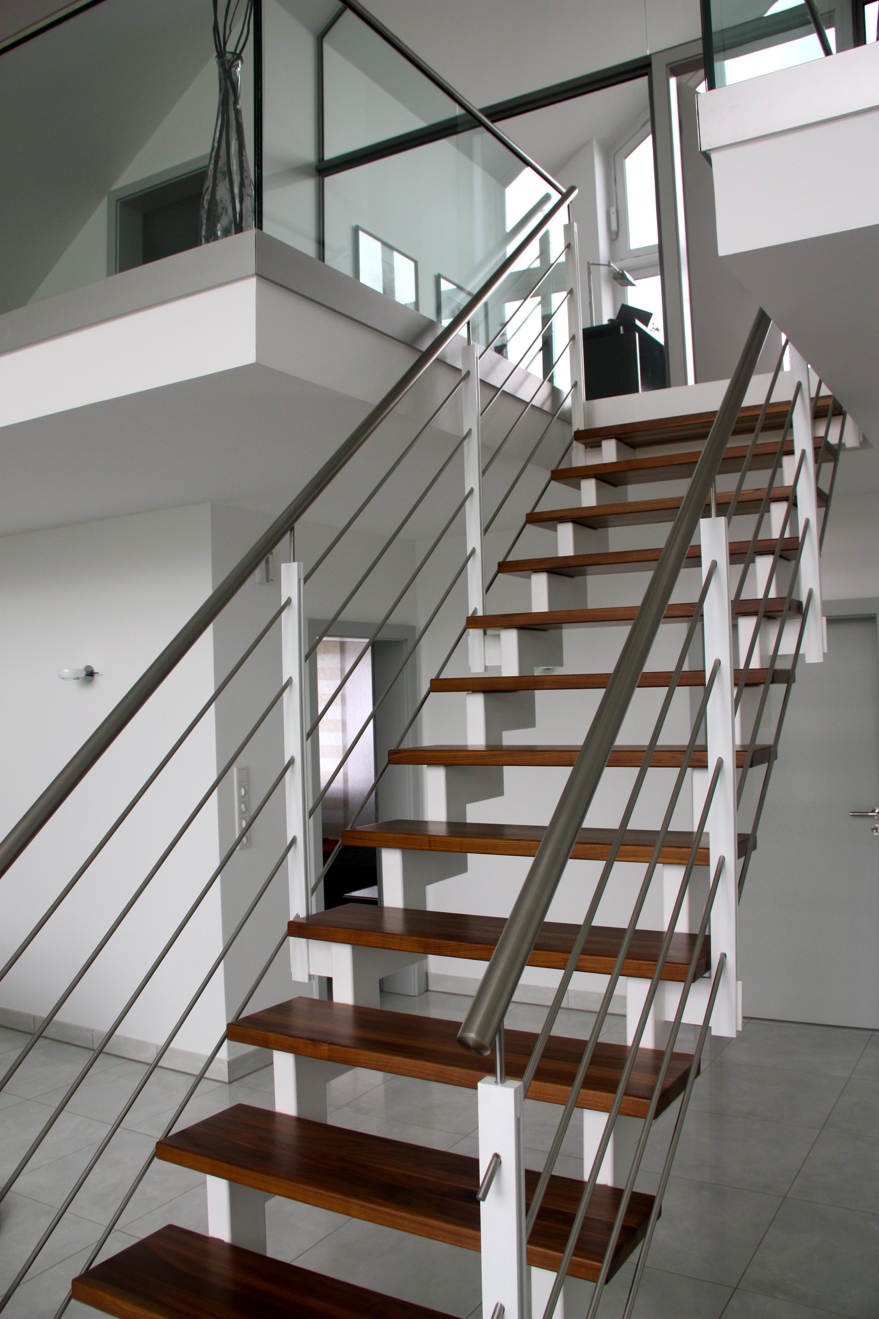 Treppe mit Edelstahlhandlauf