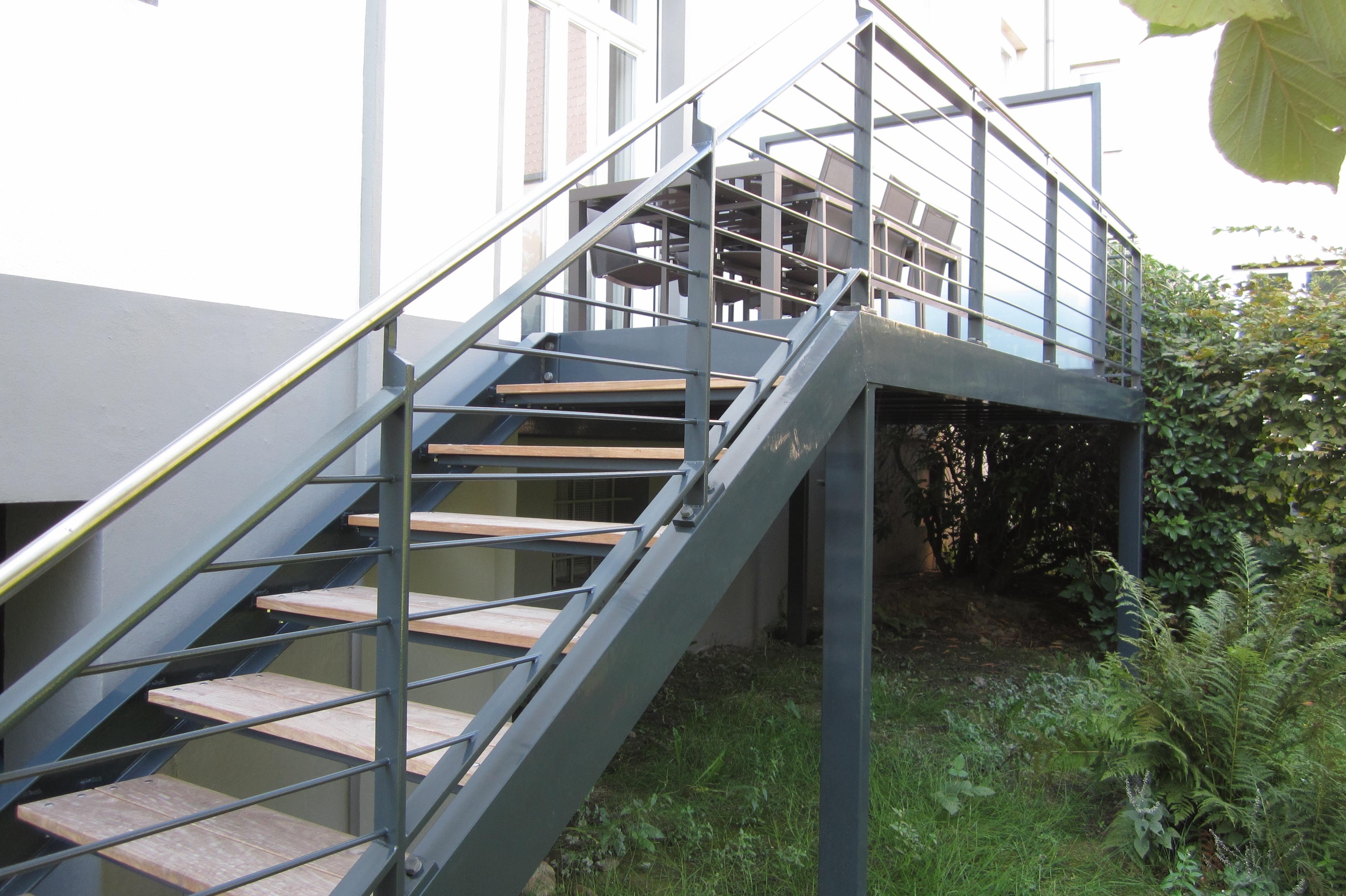 pulverbeschichteter Balkon mit Holz