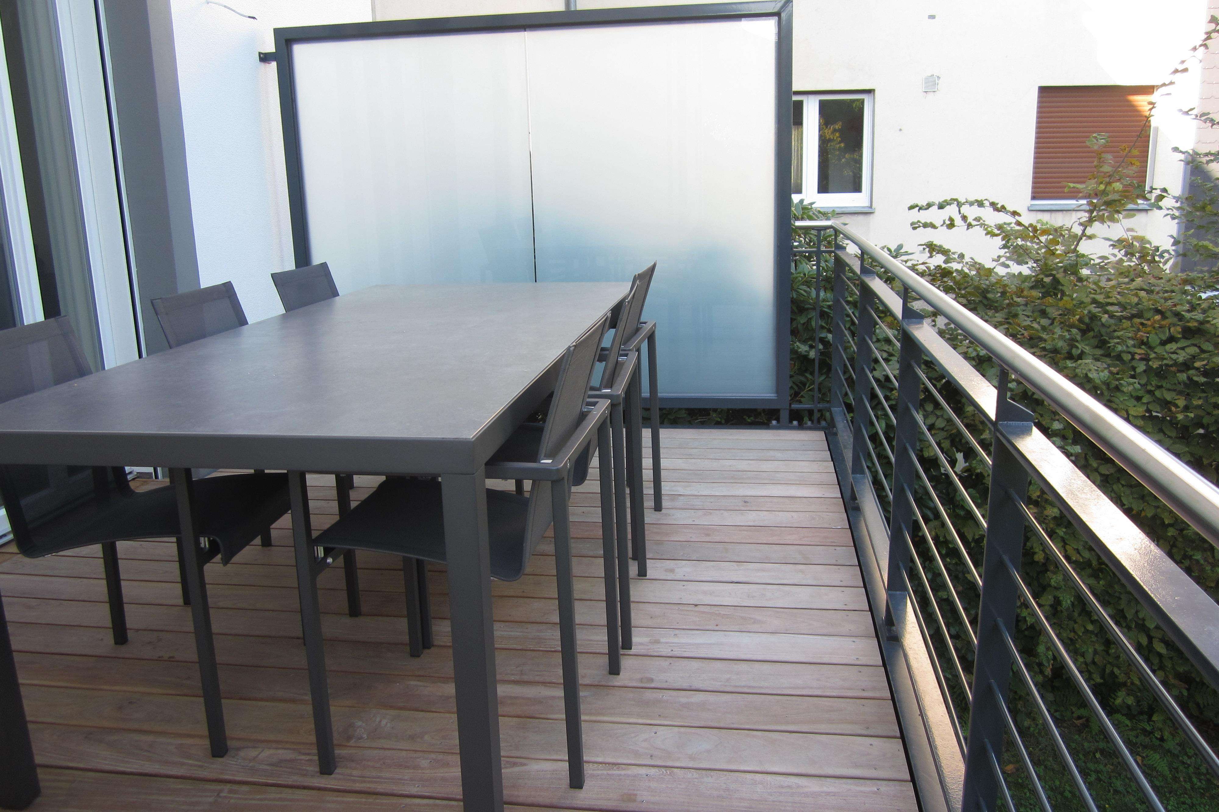 Balkonanlage mit Holzboden